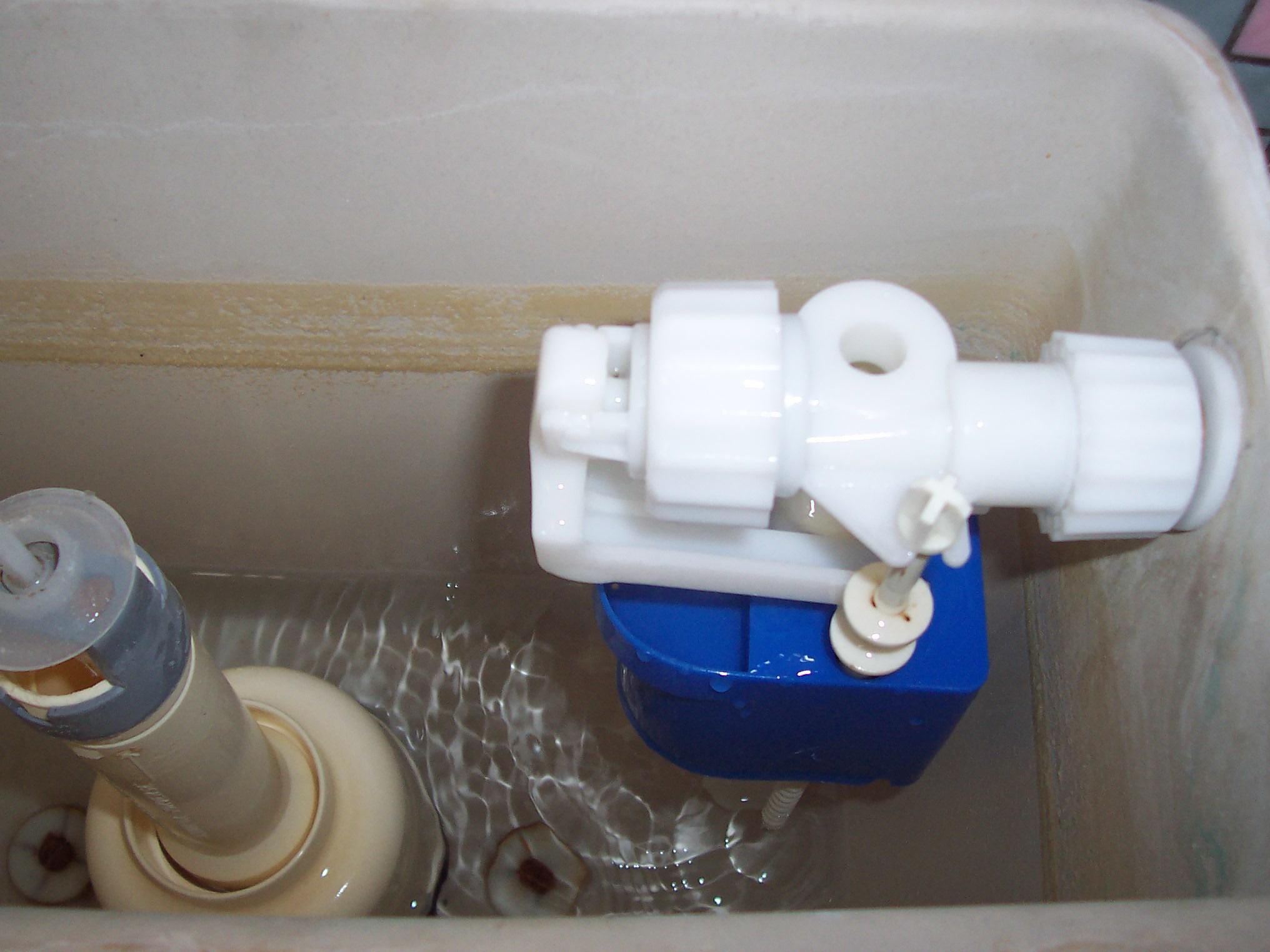 Qui contacter pour réparer une chasse d'eau qui fuit ?