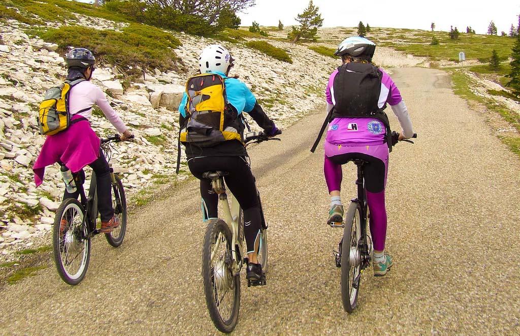 Faire à vélo le Luberon par des chemins de lavande