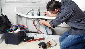 Installer la robinetterie d'un lavabo.